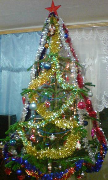 Бусы на Новый год на елке