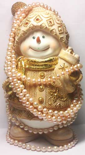 Снеговик с бусами из жемчуга
