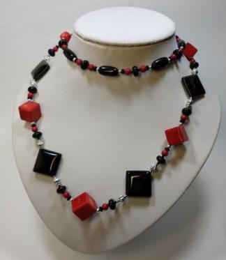 Ожерелья из жемчуга и черного агата